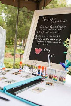 Un libro de firmas muy personal... tomaros una foto y colocarla con un mensaje para los recién casados