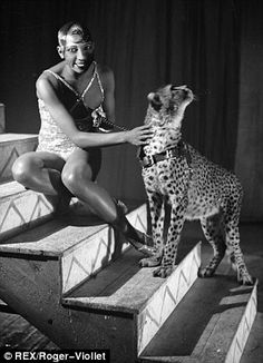 Josephine Baker and Chiquita the leopard, Casino de Paris, Paris, France - 1930 / 1931 Josephine Baker, Cabaret, Vintage Black Glamour, Black History Facts, Black Power, Old Hollywood, 1920s, Dancer, African