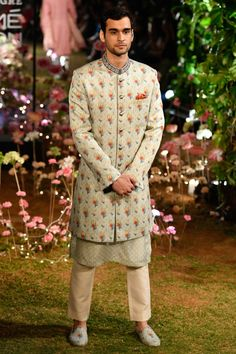 LFW 2019 Anita Dongre collection has lehengas all priced under INR If you are looking for some pre-wedding designer lehengas, then this post is for you Mens Indian Wear, Indian Men Fashion, Mens Fashion, Lakme Fashion Week, Milan Fashion Weeks, London Fashion, Vogue Wedding, Wedding Wear, Anita Dongre