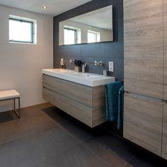 NIEUW PROJECT opgeleverd. Een prachtige badkamer op maat: robuust, industrieel, warm en stoer. Met elementen, zoals prachtig eiken, inbouwkranen, plafonddouche, sunshower, greeploos meubel en matzwarte tegels. Door ons ontworpen en monteert. Laat je inspireren. Accent Wall Bedroom, Room Decor Bedroom, Bathroom Toilets, Double Vanity, Loft, Mirror, Inspiration, Furniture, Home Decor