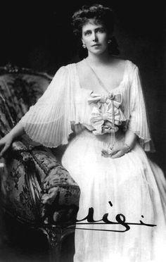 Queen Marie of Romania's heart finally goes home - History of Royal Women Zar Alexander, History Of Romania, Romanian Royal Family, Queen Victoria Children, Reine Victoria, Princess Alexandra, Herzog, Victoria And Albert, Queen Mary