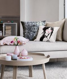 Pastel lounge room. Love this light wood round coffee table   H&M DE