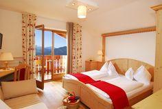 Die gemütlichen Schönblick Bozen Zimmer haben einen Südbalkon mit Blick über Bozen und die Dolomiten. -   Belvedere Bozano       ca. 20-25 m²  Accogliente camera doppia con balcone rivolto a sud.