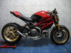 Marchesini wheels and an a badass welded low slung headers Ducati S4r, Ducati 1299 Panigale, Moto Ducati, Ducati Motorcycles, Ducati Monster 1100 Evo, Ducati Monster Custom, Cafe Racer Motorcycle, Motorcycle Design, Super Bikes