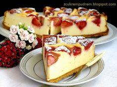 z cukrem pudrem: sernik z białą czekoladą i truskawkami