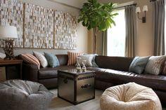sofá de cuero y pared de color marrón en el salón moderno