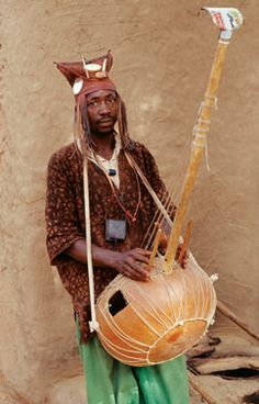 The largest of the banjo ancestors is the kora of the Mandinka people in today's Senegal, Guinea-Conakry and Gambia. It traditionally uses 21 strings and a large calabash-gourd body.