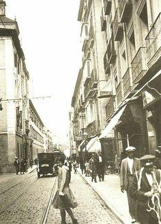 Calle Hortaleza, junto a la iglesia de San Antón (años 30).