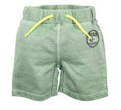 Groen jongens jogging short van het kinderkleding merk Dirkje babywear. Effen groene short zonder sluiting, afgewerkt met een fel geel sier koordje.