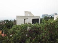 Windows punctuate board-marked concrete facade of DL1310 Board Formed Concrete, Concrete Facade, Exposed Concrete, Minimal Apartment, Lattice Screen, New York Architecture, Garden On A Hill, Concrete Projects, Ground Floor Plan