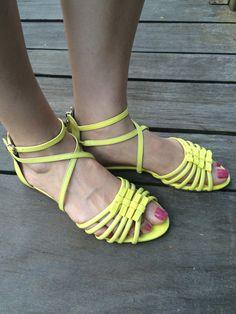 Sandália amarela ideal para usar com shorts. Colorida e alegre.