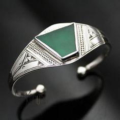 Bracelet touareg, réglable, en argent gravé et agate verte en forme de triangle.Matières : argent et agateDimensions : 2.5 cm large . Taille de la pierre : 2 cm environ Origine : artisan touareg d'Agadez, Niger