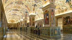 Jusqu'au début du XVIIe siècle les savants étaient autorisés à emprunter des livres. Pour les ouvrages importants cependant le pape en personne rédigeait les fiches de rappel  #histoire #images #bibliothèque #pape #savoir #Vatican