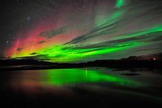 """Aurora boreal: É em Kiruna, Suécia, que acontece um dos espetáculos mais bonitos no céu. O fenômeno formado por luzes esverdeadas pode ser observado no período noturno ou final de tarde, nos meses de fevereiro, março, abril, setembro e outubro. Esse evento curiosos é formado quando """"ventos de partículas carregadas de energia do Sol, interagem com gases da atmosfera terrestre"""". É tão mágico que até vale a pena encarar o frio intenso, abaixo de zero, para assistir."""