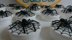 15 Caixa torre com aranha de plástico  15 Latinhas com aranha  15 Latinhas com personagem em pé  Produto seguirá pré montado, para evitar que haja avaria, durante o transporte dos correios.