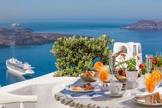 Amazing Greece Experiences Breakfast is served ! Enjoy it with this heavenly Santorini view! Santorini House, Santorini Island, Santorini Greece, Greece Sea, Breakfast In Bed, Morning Breakfast, Adventure Is Out There, Greece Travel, Greek Islands
