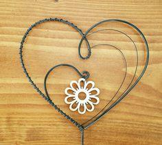 Zápich+srdce+++dřevěná+květina+Zápich+je+vyrobený+z+černého+žíhaného+drátu+a+ozdoben+dřevěnou+květinou.+Výška+srdce+je+9,5+cm,+šířka+10,5cm,+výška+celého+zápichu+35cm.+Povrch+je+ošetřen+bezbarvým+lakem.