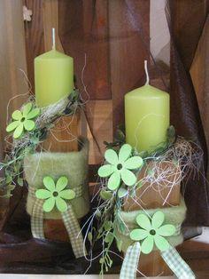 hübsches Deko-Objekt 2 Kerzenhalter aus Holz sind dekoriert mit Kerze, Sisal, Bändern, Holzblumen etc.  Lieferung wie abgebildet
