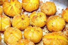 Hasselbach kartofler med rasp, der laves af små kartofler, som snittes på skrå. Kartoflerne pensles med smør, og drysses med rasp, salt og timian. Foto: Guffeliguf.dk.