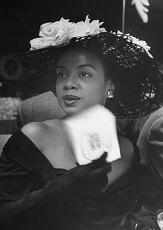 Vintage Black Glamour by Nichelle Gainer — Hazel Scott circa Photo via LIFE magazine. Vintage Black Glamour, Look Vintage, Vintage Photos, 1940s Photos, Vintage Glam, Vintage Beauty, Divas, Louise Brooks, Women In History