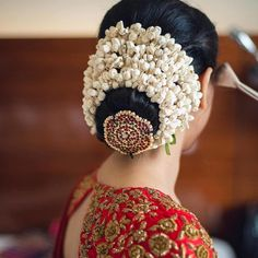 Bridal bun hairstyles Finding out a perfect hairstyle for you look. bridal hairstyles bridal hairstyles for long hair bridal hairstyles for short hair south Indian bridal hairstyles bridal hairstyles pictures South Indian Wedding Hairstyles, Bridal Hairstyle Indian Wedding, Bridal Hair Buns, Bridal Hairdo, Hairdo Wedding, Indian Bridal Makeup, Wedding Makeup, Bridal Hairstyle For Reception, Wedding Bride