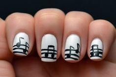 Sencillo diseño de uñas con notas musicales.