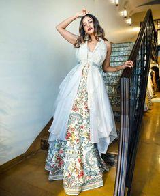 Party Wear Indian Dresses, Designer Party Wear Dresses, Indian Gowns Dresses, Dress Indian Style, Indian Fashion Dresses, Indian Designer Outfits, Unique Dresses, Stylish Dresses, Designer Gowns