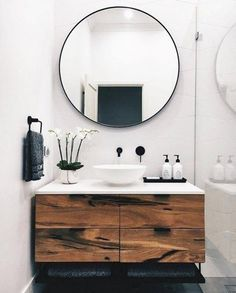 Modern bathroom with white and wooden vanity Modernes Badezimmer mit weißer und hölzerner Eitelkeit # Idéesdedécointérieure Bathroom Mirror Makeover, Diy Bathroom Remodel, Bathroom Vanities, Mirror Bathroom, Bathroom Black, Bathroom Small, Bathroom Cabinets, Bathroom Modern, Mirror Vanity