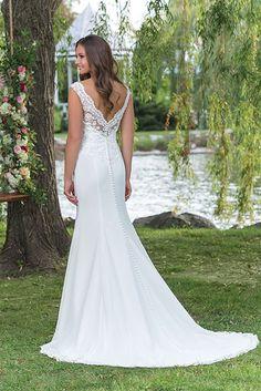 Een jurk met prachtige details, een mooie lage rug en doorlopende knoopjes