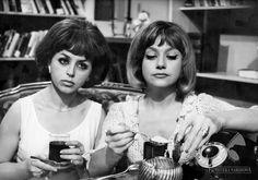 """Kalina Jędrusik i Krystyna Sienkiewicz w fimie """"Lekarstwo na miłość"""", fot. Jerzy Bielak, 1966."""