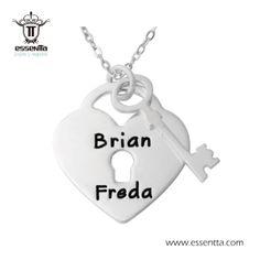 """Collar """"Nuestro Amor"""" (Plata ley 925) Personaliza el nombre de quien amas y sorpréndela con un detalle único."""