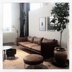 Miljö från Fogias fantastiska showroom @fogiacollection #tiki #sofa #love #brown #leathersofa #bowl #coffeetable #fogia #interior #inspo