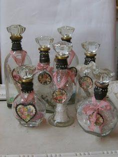 Botellas decoradas muy shabby chic, el corcho decorado con cristales.