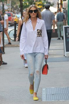 August Olivia Palermo looked chic for an outing in New York. She wore a pair of light-wash denims, yellow pumps & a white shirt with a leopard print pocket from Zara. High Street Fashion, Celebrity Outfits, Celebrity Style, Zara Fashion, Fashion Outfits, Look Olivia Palermo, Moda Zara, Zara Mode, Zara Shirt