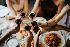 Conversamos com especialistas para saber como escolher o vinho ideal para cada ocasião (Foto: Getty Images) Good Cheap Red Wine, Good And Cheap, Sauvignon Blanc, Healthy Eating Tips, Healthy Nutrition, Chandon Rose, New Recipes, Vegetarian Recipes, Drink Recipes