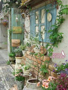 Shabby Chic Garden, Garden Whimsy, Blue Garden, Garden Art, Diy Garden Decor, Garden Design, Backyard Walkway, Outdoor Landscaping, Back Gardens