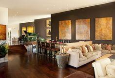 Un lateral del salón pintado en tono marrón grisáceo, para que contraste con el resto.