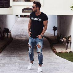 Moda masculina, camiseta preta estampada, calça jeans destroyed e tênis branco