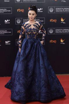 La actriz y productora china Fan Bingbing lució un espectacular vestido de Zuhair Murad en color azul noche
