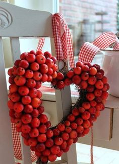 42 Cozy Diy Apple Decorations Ideas That Suitable For Autumn - I admit it. This is my favorite time of year. While friends and family are unabashed lovers of the summer, with its long sunny days, barbecues, and va. Decoration Christmas, Christmas Wreaths, Holiday Decor, Apple Decorations, Valentine Decorations, Fall Home Decor, Autumn Home, Apple Wreath, Corona Floral