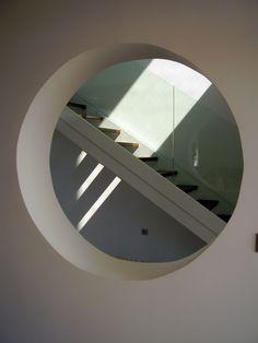 ¿Qué te parece este tipo de ventana en una escalera cómo esta? Jose Antonio Berná Manresa es el profesional que lo ha realizado.