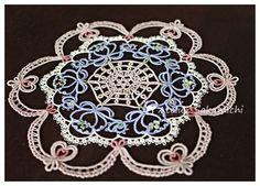お待たせいたしました。お花のドイリーの完成写真です。使用糸は、全部で5種類の糸を使っています。DMC 30番を2色、DMC 80番、リズベス 40番、アン...