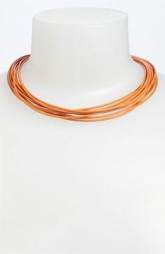 Ein Band als Streifen quer auf Oberteil In regelmäßigem Abstand mit Steinchen/Perle festnähen