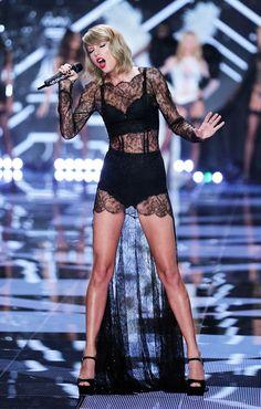 Victoria's Secrets London Fashion Show: Taylor Swift in a racy black lace gown. Taylor Swift Moda, Taylor Swift Sexy, Estilo Taylor Swift, Taylor Swift Outfits, Taylor Swift Style, Red Taylor, Taylor Swift Pictures, Taylor Alison Swift, Moda Victoria Secret