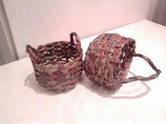 Košíčky vyrobené z novin a namořené v barvě na dřevo
