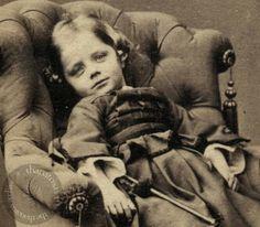 Little girl, Victorian post mortem photography. Louis Daguerre, Vintage Pictures, Old Pictures, Old Photos, Victorian Photos, Victorian Era, Memento Mori, Images Terrifiantes, Death Pics