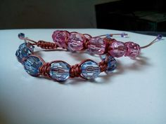 Pulseiras tipo shambala com miçangas sextavadas e fecho deslizante.Disponível nas cores rosa e azul.
