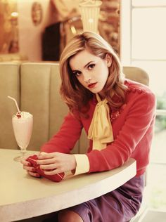 Okay, I like Emma Watson, too, but the composition of this pic is perfect. emma watson, beautiful as always Pretty People, Beautiful People, Beautiful Women, Stunningly Beautiful, Absolutely Stunning, Beautiful Pictures, Emma Watson Frases, Enma Watson, Mode Glamour