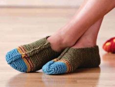 Уютные тапки-носки от Kim Hamlin вязаные спицами Knitted Slippers, Knit Fashion, Knitting Socks, Leg Warmers, Accessories, Shoes, Free, Home Remedies, Knit Socks