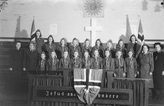 Speidarar i Frelsesarmen. Nr. 7 frå venstre er Liv Buarøy g. Talsete, nr. 9 er Rønnaug Hammer, nr.10 er Else Rasmussen g. Seljeseth, nr. 11 er Haldis Midtbø g. Merkesvik, nr. 12 er Dagny Martinussen nr. 14. er Marit Gjertsen g. Førde, nr. 16 er Jorunn Fimland, nr. 17 er Lillian Sagen. Midt i bakerste rekke nr. 18 ser vi Anne Margrethe Westbø, g. Olsen og den siste i rekka med flagg er Alise Dypevik. Olsen, Concert, Concerts, Ulsan